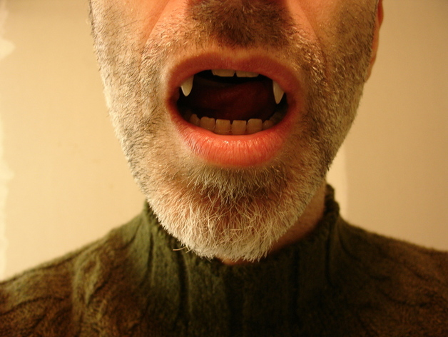 可伸缩的吸血鬼尖牙