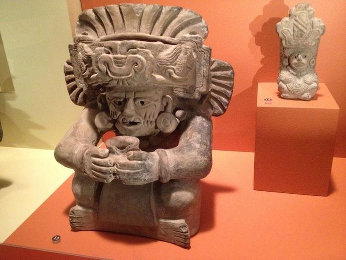 观赏陶瓷翁的萨波特克人