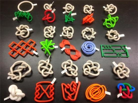 弗吉尼亚州大学生使用3D打印模型展示拓扑和同伦的数学概念