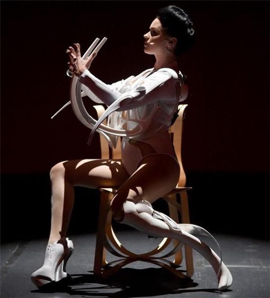 仿生艺术家Viktoria Modesta开发出极具艺术感的3D打印定制假肢